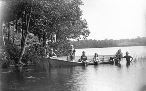 The Brook's Children in 1901-2 on Cobbett's Pond. Photograph of Harold Brooks.